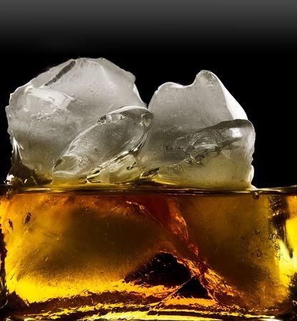 intoxicant: whisky e ghiaccio, isolato su uno sfondo nero