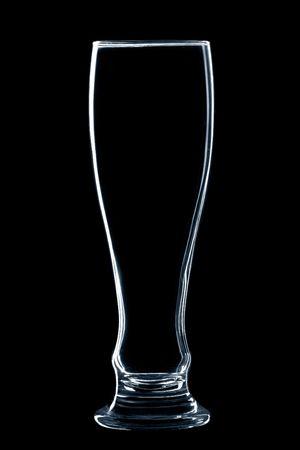 vaso vacio: vaso de cerveza vac�a sobre fondo negro aislado