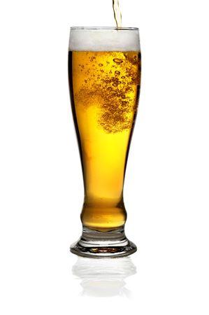 Glas Bier über einem weißen Hintergrund isoliert Standard-Bild - 4924092