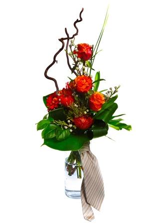 lazo regalo: Hermosas rosas rojas y corbata aisladas sobre fondo blanco