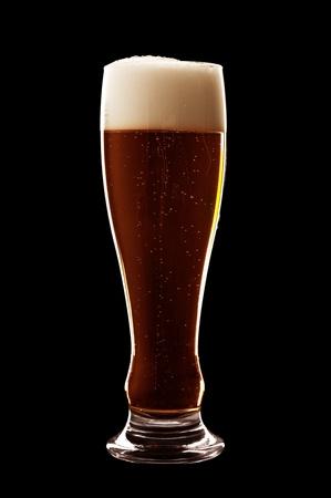Glas Bier auf einem schwarzen Hintergrund isoliert Standard-Bild - 9805075