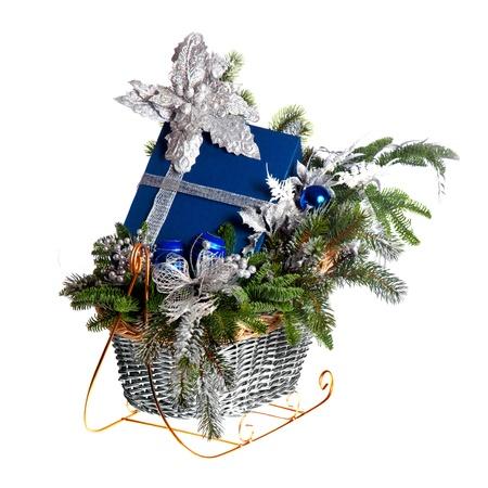 giftbasket: Kerstcadeau mand op een witte achtergrond