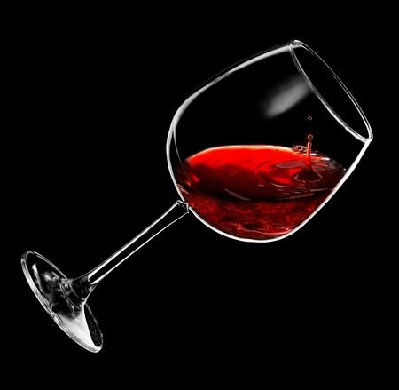 Rotwein Tropfen in ein Glas Standard-Bild - 12843160