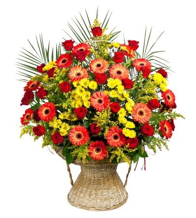 bouquet fleur: panier de roses, gerberas et des feuilles de palmier Banque d'images