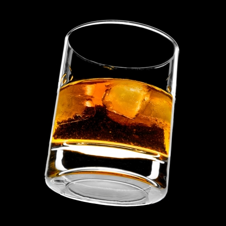 Glas Whiskey on the rocks Standard-Bild - 13757721