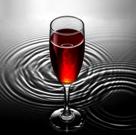 Rotweinglas auf dem Wasser Wellen Hintergrund Standard-Bild - 19023136