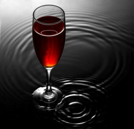 Rotweinglas auf dem Wasser Wellen Hintergrund Standard-Bild - 19058090