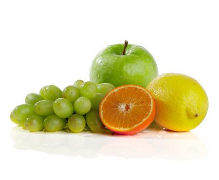 Apfel, Orange, Zitrone, Trauben, auf einem weißen Hintergrund Standard-Bild - 38116505