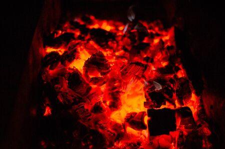 Bonfire Night. Lagerfeuer in der Nacht. Anzünden von Brennholz im Grill zum Kochen auf dem Scheiterhaufen am Abend. Das Licht des Feuers am Abend. Eine Reihe von Fotos eines Lagerfeuers auf dunklem Hintergrund.