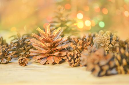 Weihnachtsbeleuchtung Tannenzapfen.Weihnachtsdekoration Mit Kegelkiefer Auf Gold Glühenden Bokeh
