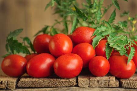 Fresh organic juicy Roma tomatoes. Tomatoes Roma on wooden table Stockfoto