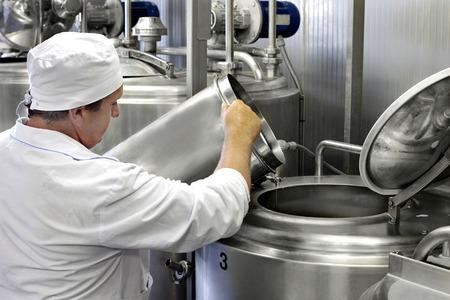 werknemer op een moderne melkfabriek