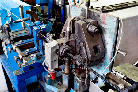 ferreteria: Dentro de la antigua f�brica de la fabricaci�n de cables el�ctricos. Tecnolog�a obsoleta mediados del siglo 20. Foto de archivo