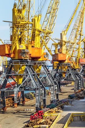 supposedly: ODESSA, Ucraina - 15 aprile: industriali, grandi gru da carico di mare nel porto darsena di Odessa negoziazione mare porto mercantile carico natante nel terminal container cargo porto di Odessa, 15 aprile 2014 Odessa, Ucraina