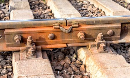 Antigua estación de tren, un paisaje abierto. Fijaciones planchar rieles de metal en la base de traviesas de hormigón modernos Foto de archivo - 28774768