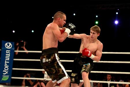 bout: Odessa, Ucrania - 31 de mayo 2014: El t�tulo profesional versi�n pelea campe�n K2 Alexander SPYRKO - Ucrania y Gyula VAJDA - Hungr�a en el ring de boxeo K2, 31 de mayo de 2014 en Odessa, Ucrania.