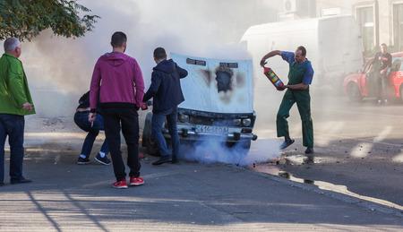 Odessa, Ukraina - 13 października 2018: Płonący samochód na środku autostrady. Nagły pożar spowodowany zwarciem w okablowaniu starego samochodu. Ogień w komorze silnika zaczął pochłaniać całe palące się stare auto. Wypadek drogowy