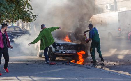 ODESSA, UKRAINE - 13.Oktober 2018: Brennendes Auto mitten auf der Autobahn. Plötzliches Feuer durch Kurzschluss in der Verkabelung eines alten Autos. Feuer im Motorraum begann zu absorbieren gesamte alte Auto steht in Flammen. Verkehrsunfall Editorial
