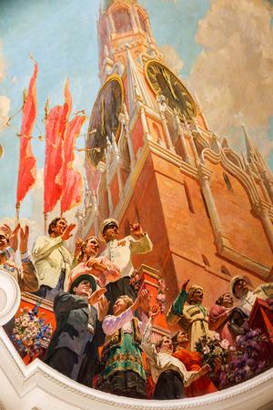 Intérieur mystique de l'ancien théâtre provincial soviétique de l'URSS. Fresques en stuc, peinture nostalgique des murs et des plafonds avec des fragments de l'histoire révolutionnaire de l'URSS. Intérieur de style Empire luxueux