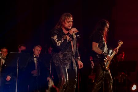 ODESSA, Ucrania - 24 de enero de 2019: banda de rock tocando música en vivo en el escenario. Ivan Voron y la Bestia están invitados al Hard Rock Show. Un duro evento musical en un festival de música hard rock en vivo en Odessa