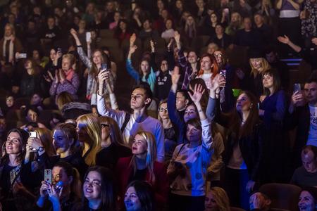 Odessa, Ucraina - 12 aprile 2019: Folla di spettatori al concerto rock ALEKSEEV durante lo spettacolo musicale. Folle di persone felici si godono il concerto rock, alzano le mani e battono le mani, il pubblico sul podio