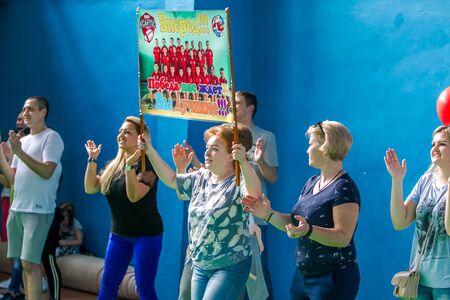 Odessa, Ucraina - 18 maggio 2019. Gli spettatori, i fan negli stand della palestra sono supportati emotivamente dalla squadra del campionato di rugby per bambini 5. Genitori e bambini si divertono a godersi il torneo di rugby