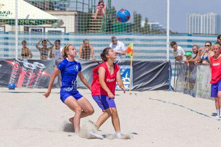 Odessa, Oekraïne-21 juli 2019: Beach Soccer Championship onder amateurvrouwen op het strand. Voetbal in zand. Jonge mooie meisjes die strandvoetbal spelen op het zand van het stadsstrand. Voetbal op zand