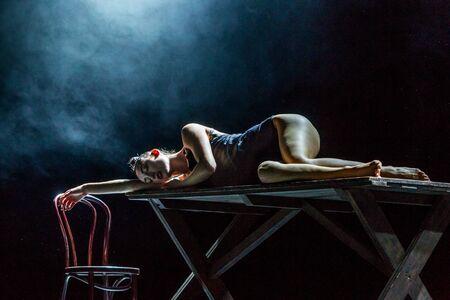 """ODESSA, UKRAINE -13. Juli 2019: Lebendige Aufführung """"ShKAF"""". Sexy Frauen und Jungs spielen im Spiel Szenen aus einem Provinzbordell. Sexuelle Szenen aus modischen Nachtleben-Performances"""