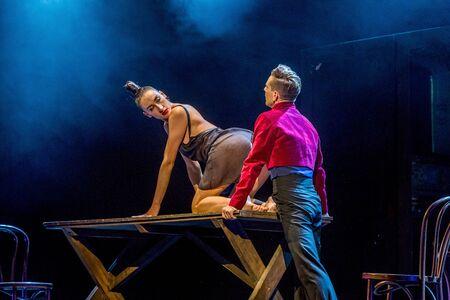 """ODESSA, UKRAINE -13. Juli 2019: Lebendige Aufführung """"ShKAF"""". Sexy Frauen und Jungs spielen im Spiel Szenen aus einem Provinzbordell. Sexuelle Szenen aus modischen Nachtleben-Performances Editorial"""
