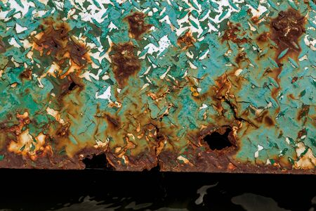 Abstract rusty steel metal plate. Texture: red brown rust background. Background rust metal with cracks and shell erosion skvol trace of old paint on metal 免版税图像