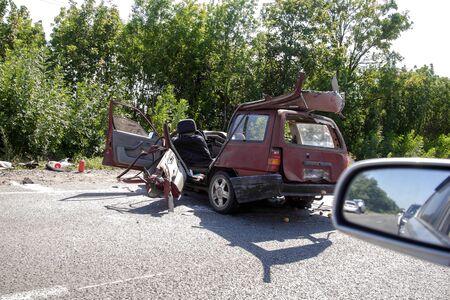 Durch einen Unfall wird die Karosserie des Autos beschädigt. Hochgeschwindigkeitskopf bei einem Autoverkehrsunfall. Dellen an der Karosserie nach einer Kollision auf der Autobahn