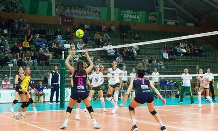 ODESSA, SUD, UKRAINE - 15 octobre 2019 : Championnat d'Europe féminin de volley-ball. Femelle KHIMIK YUZHNY - MLADOST ZAGREB Croatie. CEV Champions League Volley 2020. Match de Volley Intense Féminin