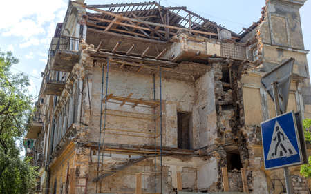 As result of violation of building codes during reconstruction of an old historic building, house collapsed. Violation of technology of repair and restoration of old building led to its collapse Banque d'images
