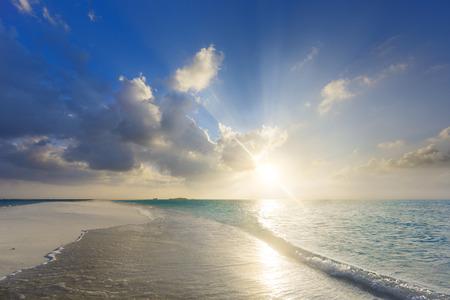 azul turqueza: Puesta del sol tropical, cerca de la playa de la isla en Maldivas
