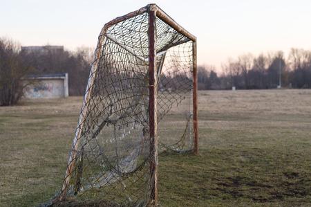 futbol soccer: Viejo objetivo de fútbol oxidado en la puesta del sol, el concepto de la nostalgia Foto de archivo