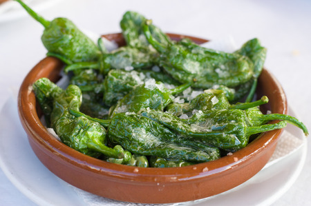 Fritto peperoni verdi Padron con olio d'oliva e sale marino. tradizionali tapas spagnole.