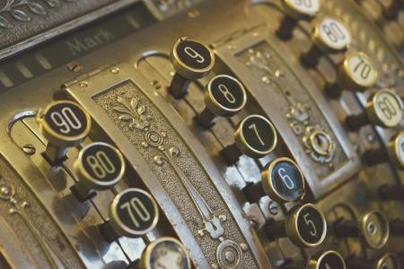 Clés de caisse enregistreuse vintage closeup, mise au point sélective