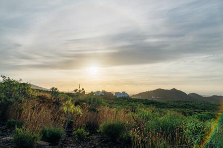 silhouette maison: Paysage rural de Tenerife contre le soleil du matin avec effet halo. Canaries, Espagne