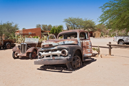solitaire: Old rusted cars in front of the gas station Solitaire, Namibia Stock Photo