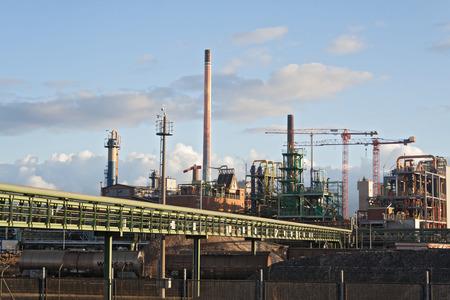 edificio industrial: la construcción en el parque industrial de la fábrica al atardecer Foto de archivo