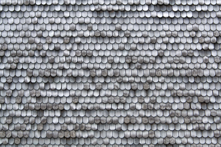 tejas: viejas tejas de madera en una pared gris