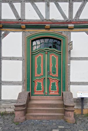 puertas de madera: puerta de madera en una casa de entramado de madera