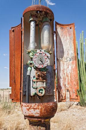 oxidado: bomba de gas oxidado de edad, la estación de gas en Namibia Editorial