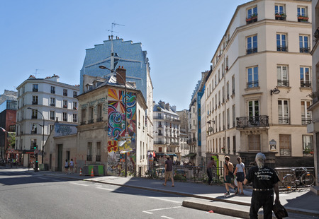 est: tourists on the Quai de Valmy in the 10th arrondissement in Paris