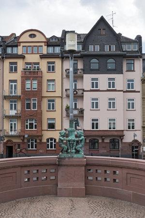 El viejo puente peatonal de hierro Puente de hierro, Frankfurt, Alemania Foto de archivo - 79846458