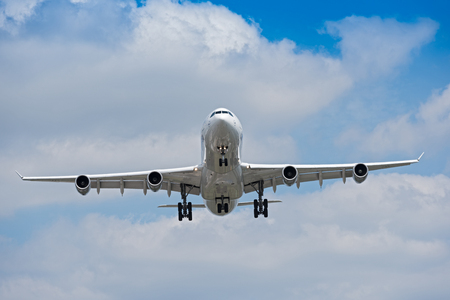 Landing on the north-western runway of the Frankfurt airport 版權商用圖片 - 81397788