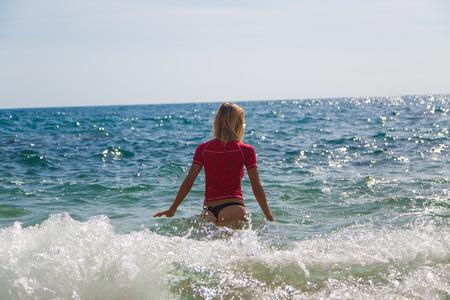 tanga: Ragazza sexy in stringa sportivo e tanga entra nel mare