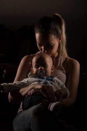 AlleinerzieherIn: �berm�det alleinerziehende Mutter mit ihrem Baby