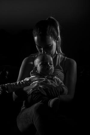 cansancio: Madre soltera cansado con su bebé