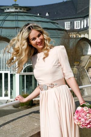 femme qui rit: Femme heureuse de rire avec le bouquet Banque d'images